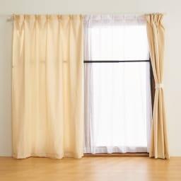 窓枠に収まる角型つっぱりアルミ物干し 設置したままカーテンを閉められます。