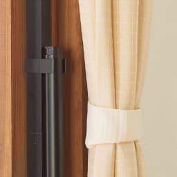 窓枠に収まる角型つっぱりアルミ物干し 未使用時は竿をまとめてポールに収納することもできます。