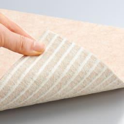 カテキン消臭&はっ水 おくだけ吸着タイルマット 大判(60×45cm) ズレにくく、つまずきにくい。 裏面は、特殊吸着加工で吸盤のようにピタッと貼りつくから、掃除機をかけてもはがれません。何度も繰り返し使えるエコ仕様。