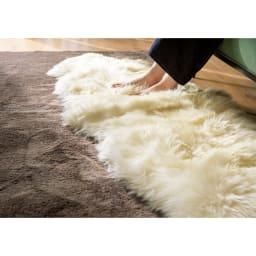 洗えるスプリングラム長毛ムートン 6匹物~10匹物 ウロコ状の表皮が開閉して調湿し、梅雨時期もサラッと快適。空気をたっぷり含んで断熱するので夏は涼しく冬は暖かく過ごせます。