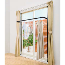 窓枠に収まる角型つっぱりアルミ物干し はき出しサッシ窓の枠内にぴったり収まり、存在感なく収納できる新しい発想の突っ張り物干しです。