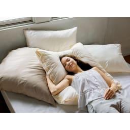 フィベールピロープレミアム 枕のみ ハーフボディ(1個) コーディネート例 ※写真は大判・ハーフボディサイズを使用しています。モデルが使用しているものがお届けの商品です。