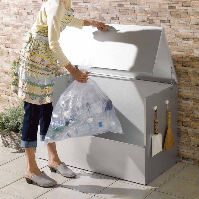 大きく開くガルバ製ゴミ保管庫 幅100奥行55cm 片手で軽く開閉、収納物を高く持ち上げる必要がないので、出し入れはとても簡単。