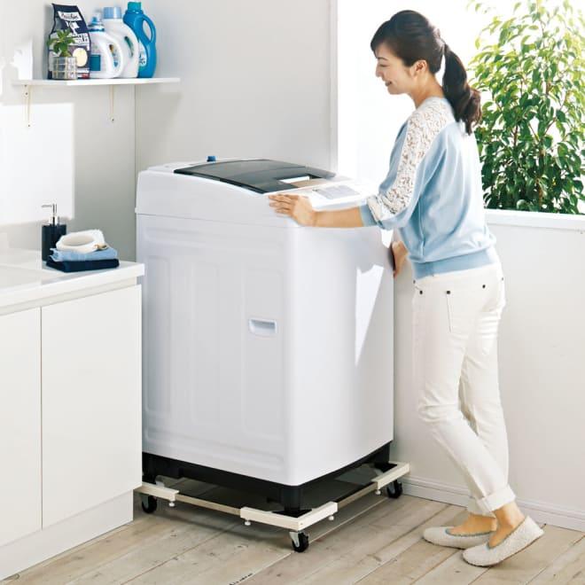 耐荷重約150kg ステンレス洗濯機置き台【洗濯機設置台】 (使用イメージ)洗濯機の移動が簡単だから掃除もラクラク。