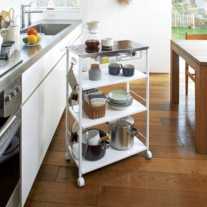 ステンレス天板が使いやすい頑丈キッチンワゴン 幅60cm キャスター(うち2個)はストッパー付き。