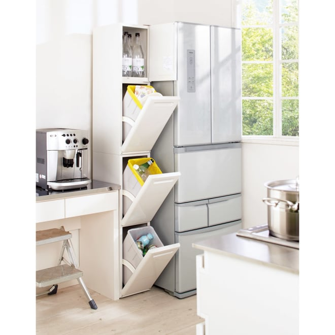 キッチン隙間収納トールタイプダストボックス 3分別ゴミ箱 ロングセラーのタワー型3分別ダストボックス。しっかりとした作りなのに隙間に収まるのが人気の秘密です。