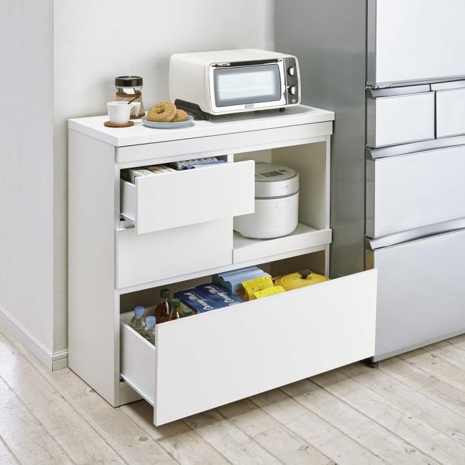 作業カウンター付きコンパクト食器棚 ロータイプ 幅75高さ89cm 下段にはボトル類や深鍋なども収納。