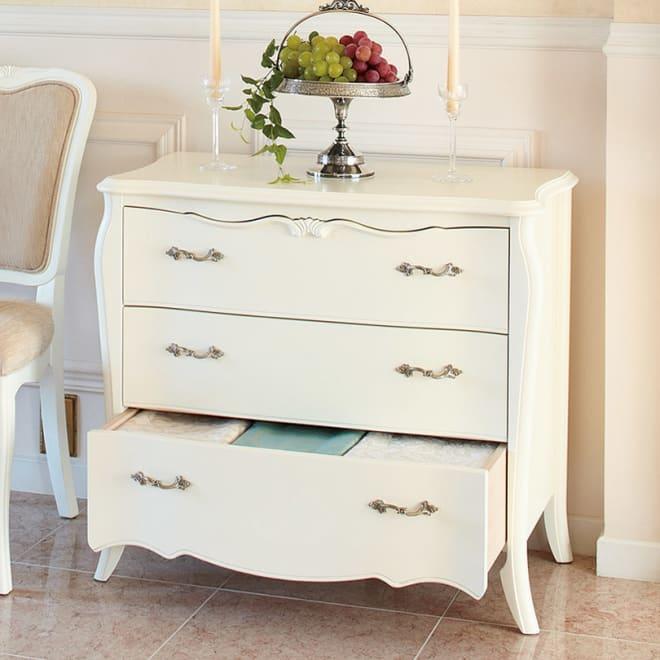 エレガントラインホワイト家具シリーズ ローチェスト・幅80cm 足元と引き出し前面が優雅な曲線を描くリビングチェスト。