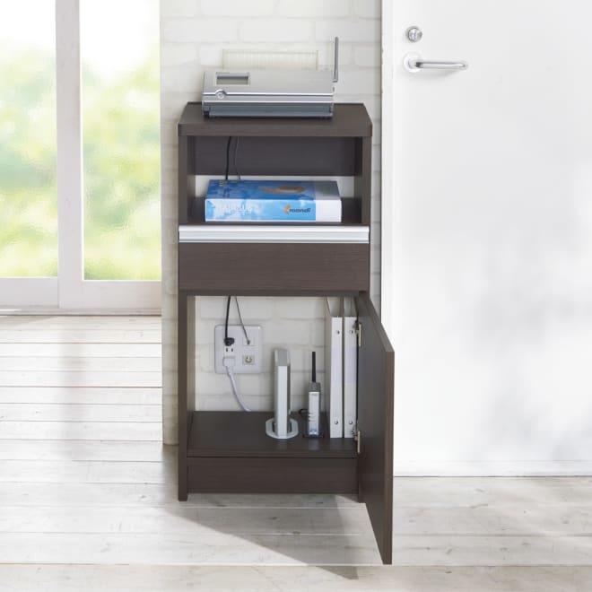 コンセントよけファックス台 幅42.5cm 扉の中には、普段使わない電話の親機、ルーターやWi-Fiなどを隠して使うことができるように、扉収納内部にはコードが通せるように様々な工夫が施されています。