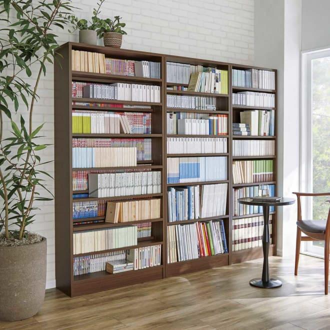 本を効率的収納!薄型段違い棚付き本棚(幅80cm高さ180cm) 文庫本やコミックといった小型書籍から雑誌や写真集といった大型書籍まで、段違いの棚板で効率よく収納できます。 ※お届け商品は、左の幅80cmタイプです。