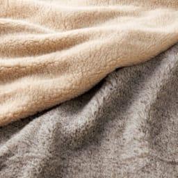 リトアニア「FLOKATI」社 洗えるウール100%シリーズ シートクッション 40×40cm用(1枚) 上からベージュ、サンド ふわふわの柔らかさと優れた保温性が魅力です。