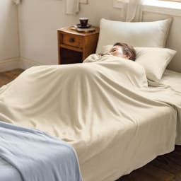 発熱するコットン「デオモイス」寝具シリーズ フランネルニットの2枚合わせ毛布 上から(ウ)ベージュ (エ)ブルー 身体にぴったり沿うから暖かさを逃がさないんですね 綿毛布なのにこの温かさ。そして2枚合わせ仕様なのにこの薄さと軽さも魅力のひとつです。肌沿いのよいフランネルニットの毛布は、羽毛布団との相性もバッチリ。