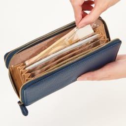 一目瞭然ウォレット3層 札入れにもカードポケット付き。