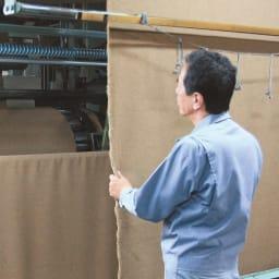 洗える 無染色ブラウンカシミヤ毛布(毛羽部) ハーフケット 起毛師と呼ばれる熟練の職人が、一反ずつ手で風合いを確かめながらていねいに仕立てます。