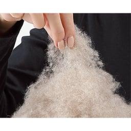 洗える無染色カシミヤ(毛羽部)  ホワイトカシミヤ使用掛け毛布 まるで綿菓子のように細くやわらかな毛 高級アパレルでも使用される質の良いカシミヤは、繊維が細くとてもしなやか。繊細でやわらかな毛が絡まり合って、そこに暖かな空気がたっぷりため込まれます。