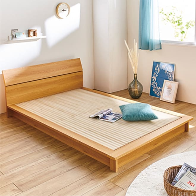 天然木調ヘッドボード付き細すのこローベッド フレームのみ (イ)ダークブラウン クイーンサイズは80cmのマットレスを2枚使用。