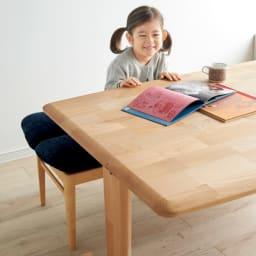 包まれる座り心地のリビングダイニング ダイニングセット お得な4点セット テーブル+チェア2脚組+ベンチ 天板角を丸く仕上げた美しく優しいフォルムで、腕をテーブルに置いた時に気になりません。小さなお子さんにも安心です。