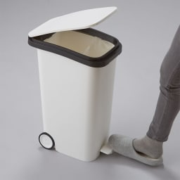 光沢がおしゃれなキャスター付きダストボックス SMOOTH 忙しいお料理中も足で開け閉めできるので衛生的です。