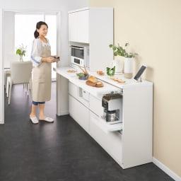作業カウンター付きコンパクト食器棚 ハイタイプ 幅89cm 天板はお手入れしやすい素材を採用。