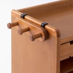 大きくなって長く使える高級感ある天然木仕様ランドセルラック・カバンラック 天板の両サイドに引っ掛けるだけで簡単につけられる3連フック付き。