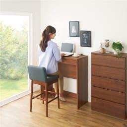 高さが選べるスタンディングデスク(幅120cm高さ100cm) 使用イメージ:(ウ)ブラウン ※写真は幅90cm高さ90cmタイプです。