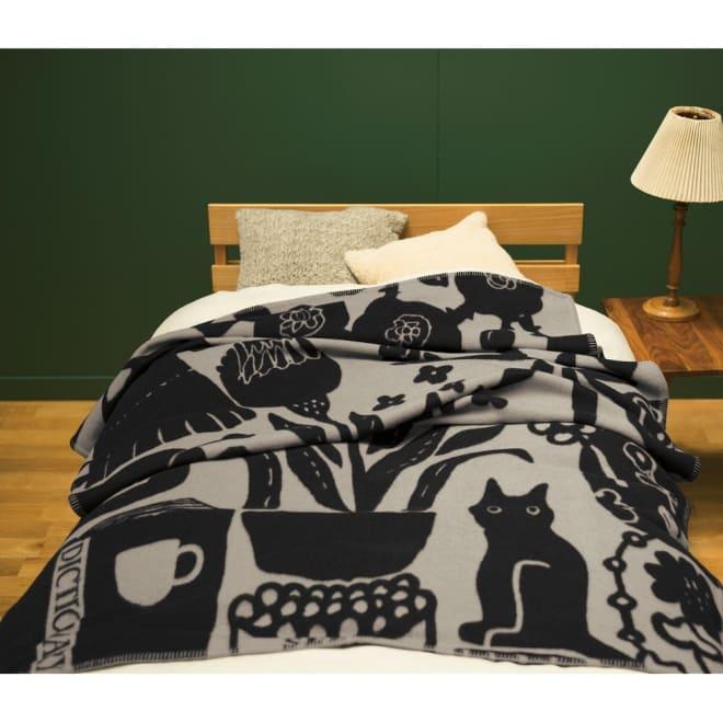【ATSUKO MATANO/アツコマタノ】 ウール毛布(毛羽部分) ラブソング シングル (ア)グレー ラブソングをテーマにこの毛布のために描き下ろされたデザインには、トレードマークの猫の姿も。