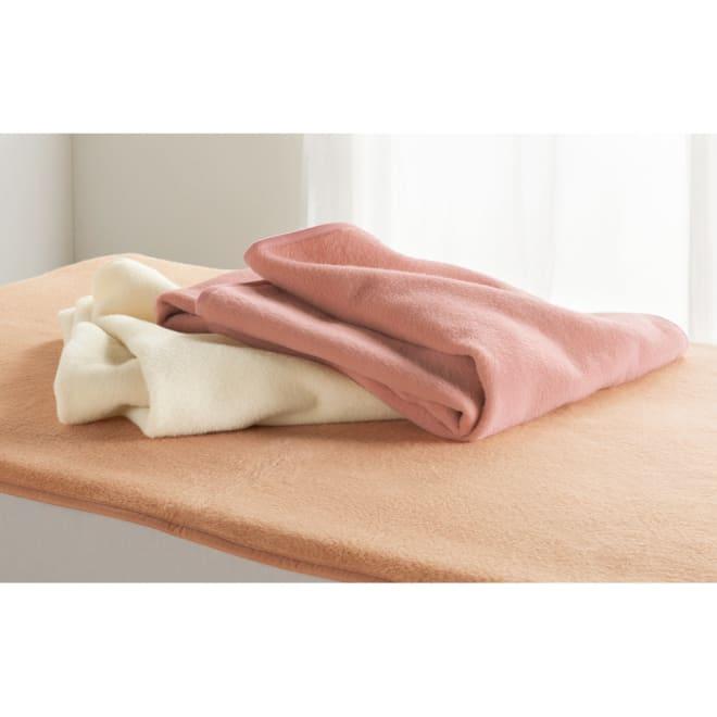 シルクのような光沢となめらかさ プレミアムベビーアルパカ敷き毛布 上から(エ)コーラルピンク(WEB) (ア)ホワイト(オ)ベージュ(WEB) 冷えやすい背中や腰をやさしく温めてくれる敷き毛布。掛け毛布とのセット使いもおすすめです。