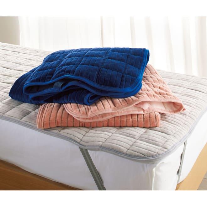 暖かさと肌へのやさしさを考えたFUWARMシリーズ ふんわり敷きパッド 上から(イ)ネイビー、 (ウ)サーモンピンク、(ア)ライトグレー