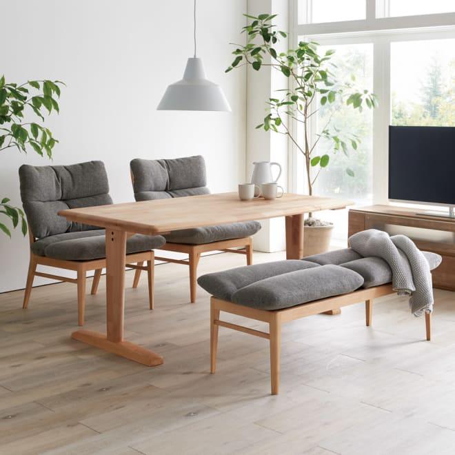 包まれる座り心地のリビングダイニング ダイニングセット お得な4点セット テーブル+チェア2脚組+ベンチ (ア)ナチュラル/グレー まるで北欧のインテリアのような柔らかで心地よい空間を演出します。