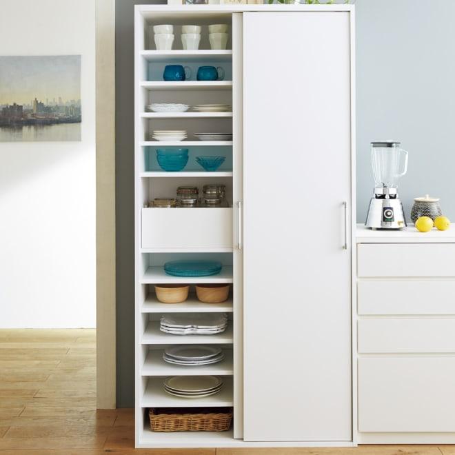 出し入れラクラク 引き戸の食器棚 幅90cm・奥行39cm (ア)ホワイト  収納しにくい食器や細々したキッチン雑貨に。20枚の棚板とトレーですっきり収納できます。