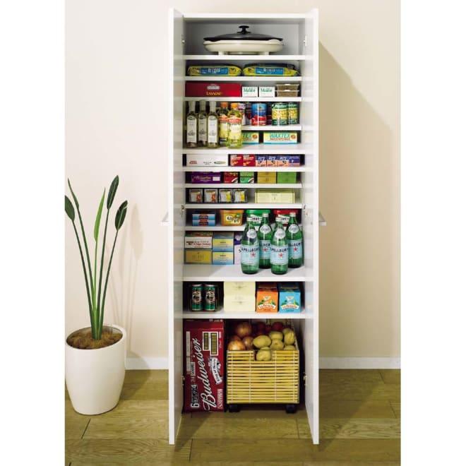 組立て不要 1cmピッチ段違いハーフ収納棚のキッチンストッカー食品収納庫 幅60cm 1cmピッチハーフ棚は効率良く、大量収納!!前面はお手入れしやすいポリエステル化粧合板。