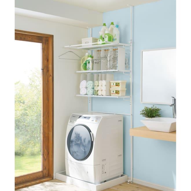 防水パンや梁があっても置ける。省スペース洗濯機ラック 棚3段 (ア)ホワイト 天井高190~265cmに対応 幅82cmの状態 タオルラックとハンガー収納ラックは関連商品からお求めいただけます。