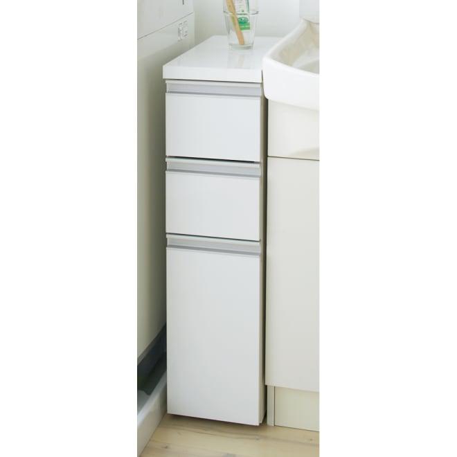引き出し内部・背面化粧 キャスター付きホワイトチェスト 幅20cm 隙間にぴったり収まるスリムタイプ。高さ75cmは洗面台の高さに合わせて設計しています。洗面脱衣所の整理にぴったりな清潔感のある隙間家具です。