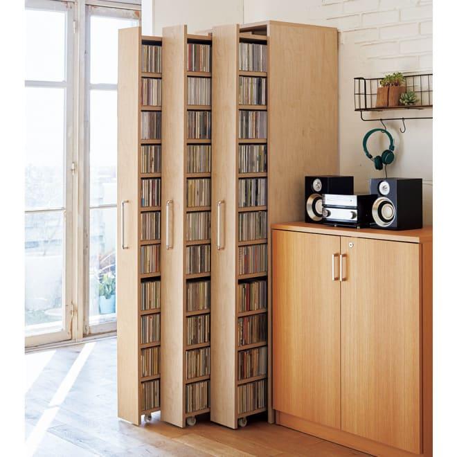 天然木調スライド式すき間収納本棚 CDタイプ3列セット コーディネート例(イ)ナチュラル ※お届けは4点セット(ボックス 3列+CDタイプ×3)です。