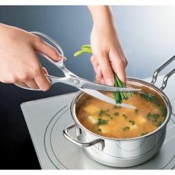 鍛造オールステンレス製カーブキッチンバサミ 調理をしながら、その場でサッと切れます。