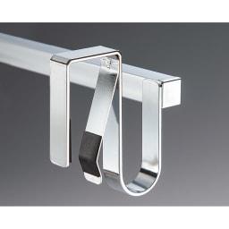 引き出しにもつけられて伸縮するタオルバー 内側のバネで扉にぴったり固定できるつくり。