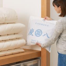 調湿木炭「出雲屋 炭八」 3リットル×5個 特典付き(スマート小袋2個) 家中どんな場所にも使えます。 押入れに(画像は12リットル)
