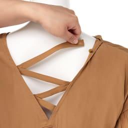 編み上げデザイン とろみギャザーブラウス 背中部分リボンストラップ付き(ボタンで取り外し可)