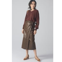 フェイクレザーラップスカート コーディネート例