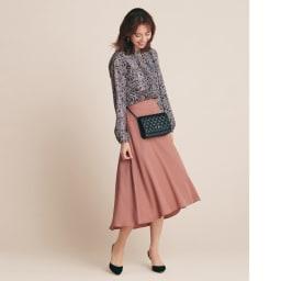 ヨーク切り替え フレアスカート 柄とスカートのピンクをリンクさせて。ピンク上級者の奥行きのある装いを実践 コーディネート例