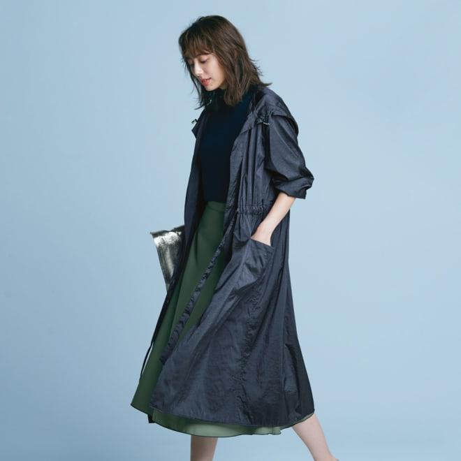 はっ水加工 ポケッタブル ロングコート (ア)ネイビー 軽やかコートがドラマティックに映えるカラースカートとの旬バランス コーディネート例
