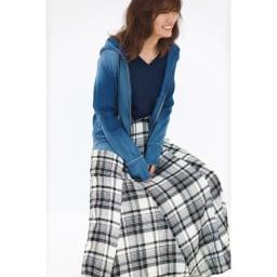 チェック柄ガーゼ フレアロングスカート デニムには華スカートで女性らしさをON コーディネート例