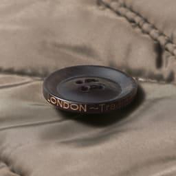 LONDON Tradition/ロンドントラディション キルティングコート(イギリス製) ボタンのサイドにもロゴを刻印。細部へのこだわりが◎
