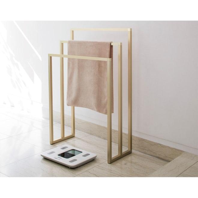 アルミ製タオルハンガー 3連 (イ)シャンパンゴールド ※(イ)シャンパンゴールド色は光の種類(蛍光灯、自然光)や見る角度でカタログ写真より薄く見える場合がございます。