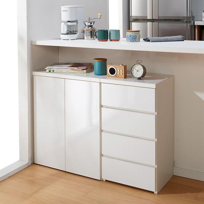 1cmピッチ&段違いで使えるハーフ棚板たっぷり収納庫 幅59高さ70cm 使用イメージ(ア)ホワイト ※お届けは収納庫・幅59高さ70cmです。