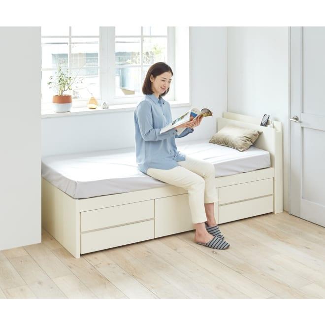 棚・引き出し収納付きすのこベッド(西川ポケットコイルマットレス付き) ショート(長さ190cm) コーディネート例(イ)ホワイト ※写真はセミシングルサイズです。