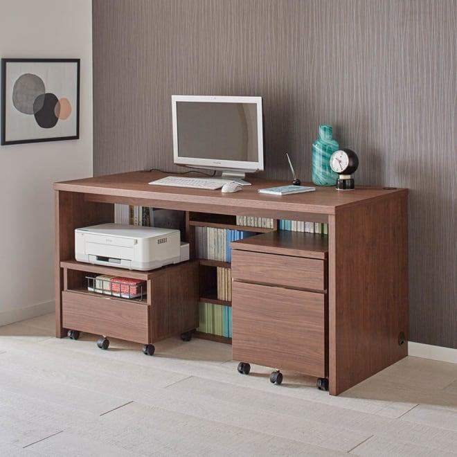 収納たっぷり棚付きデスク デスク幅120cm(足元収納:A4サイズ) デスク下はコミックや文庫本はもちろん、A4サイズが収まります。書棚を置く感覚で机を設置できます。※お届は幅120です。写真は幅150cmです。