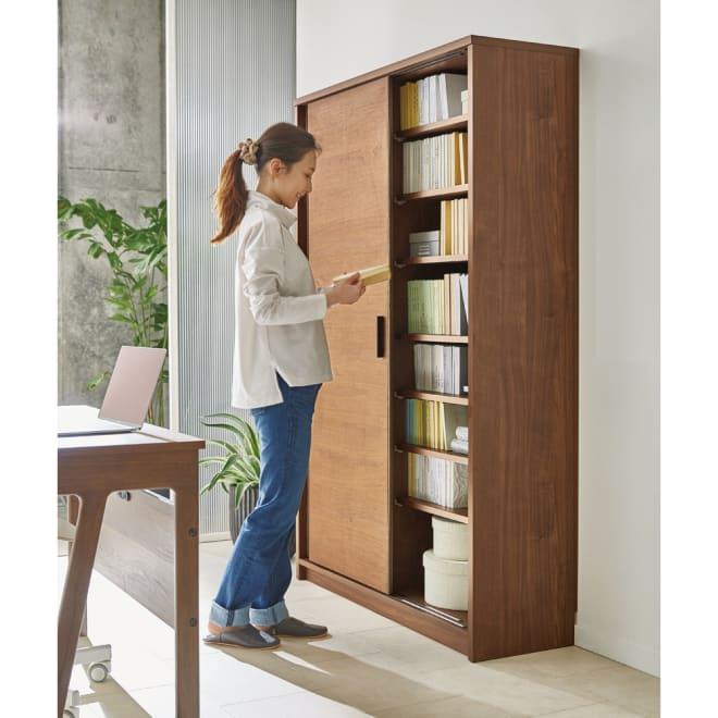 ウォルナット天然木引き戸本棚 幅90.5高さ180cm 引き戸で開閉にスペースを取らないので、書斎のデスク後ろに設置しても◎ コーディネート例 ※お届けは幅90.5高さ180cmタイプです。