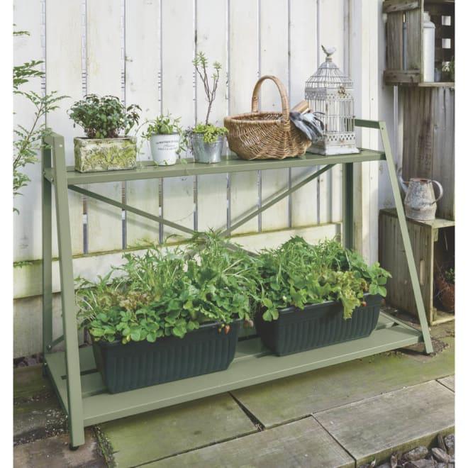 錆びにくい頑丈フラワースタンド〈セージグリーン〉 2段幅120cm 下段にはリーフレタスを植えてキッチンガーデンに。地面に直置きするより通気性が高まり、植物にとって良い環境になります。