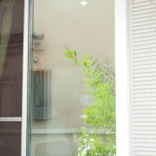目隠しUVカット アルミ入ミラーのフィルム 幅90長さ190cm 昼間外からは室内が見えません。